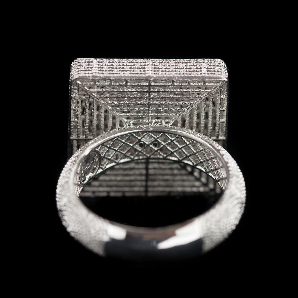 Vierkantvormige ring, zilver en bewerkt