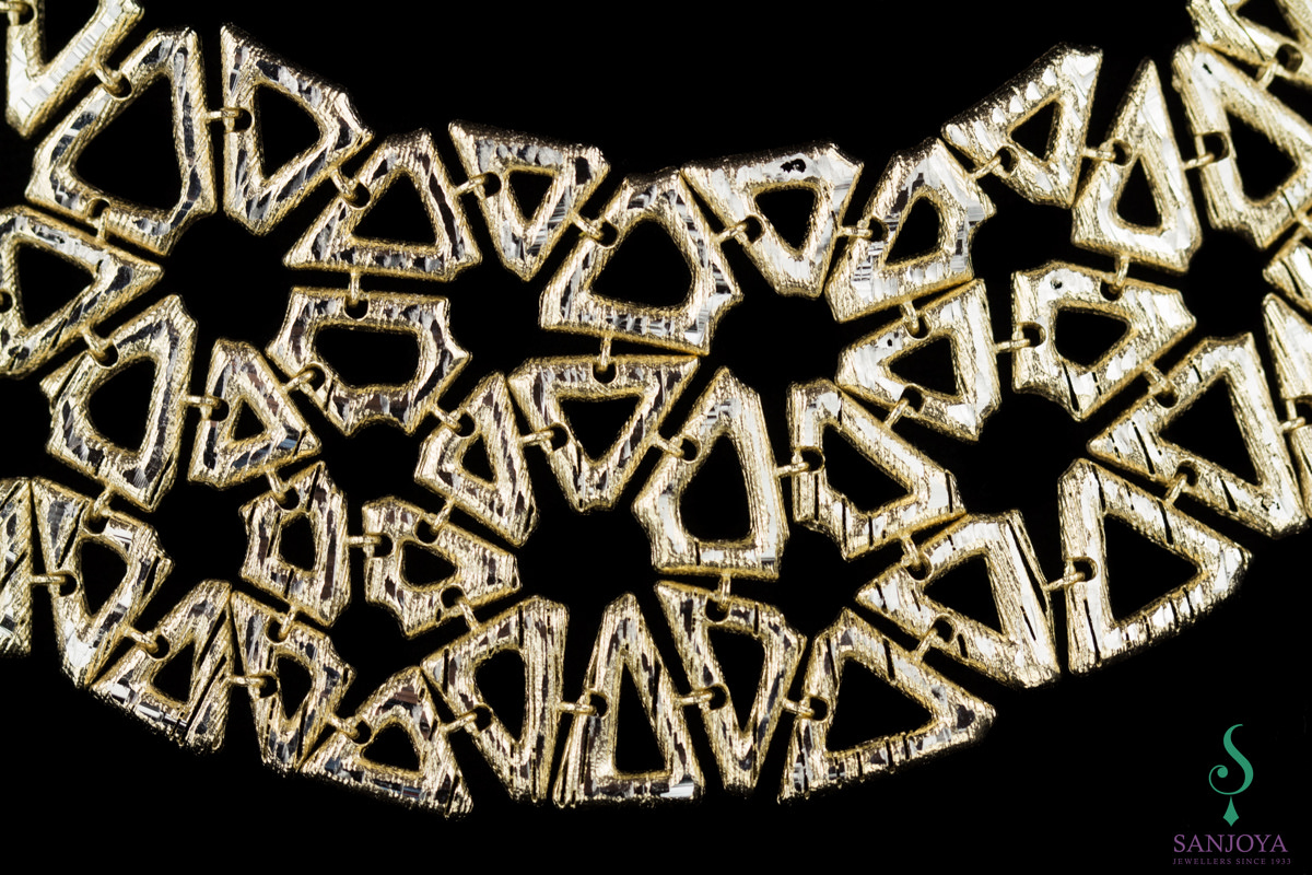 Collier van verguld zilver met bewerkte driehoekjes