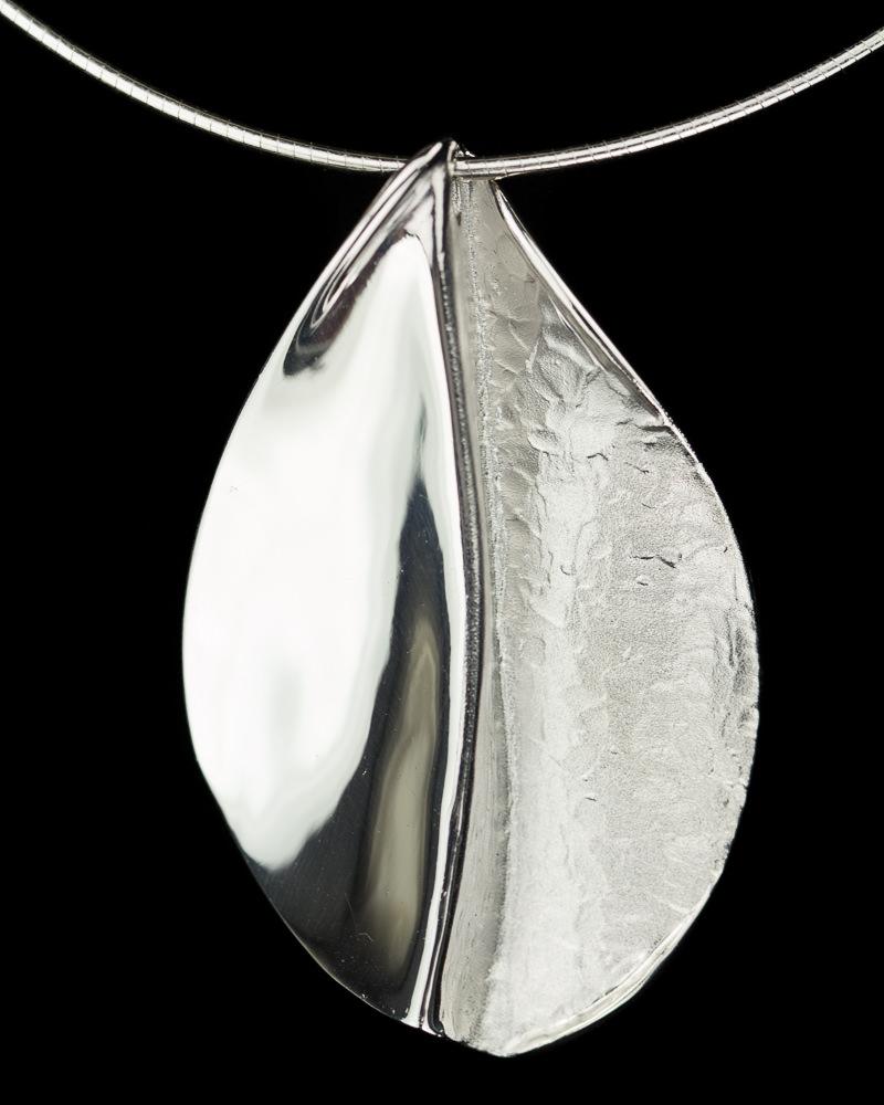 Gepolijste zilveren hanger met ketting