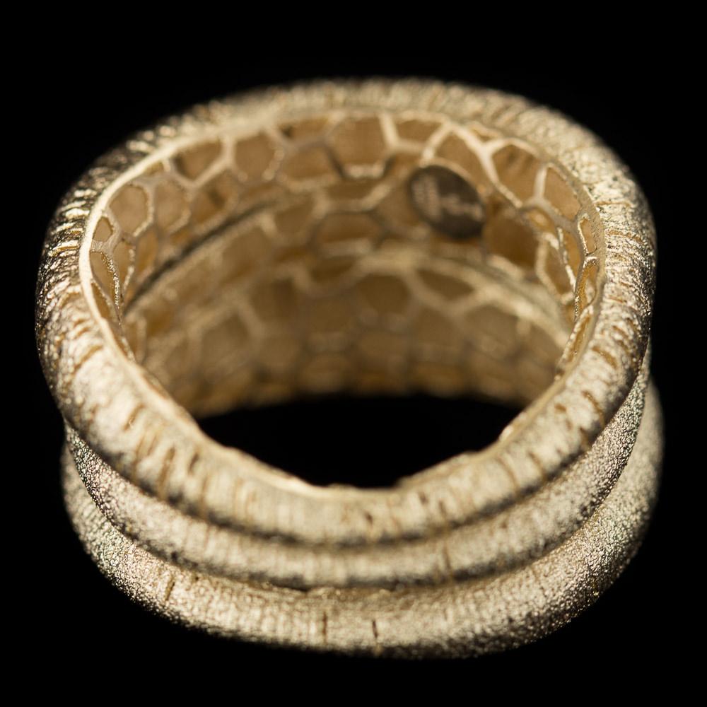 Brede drierijige vergulde en gematteerde ring