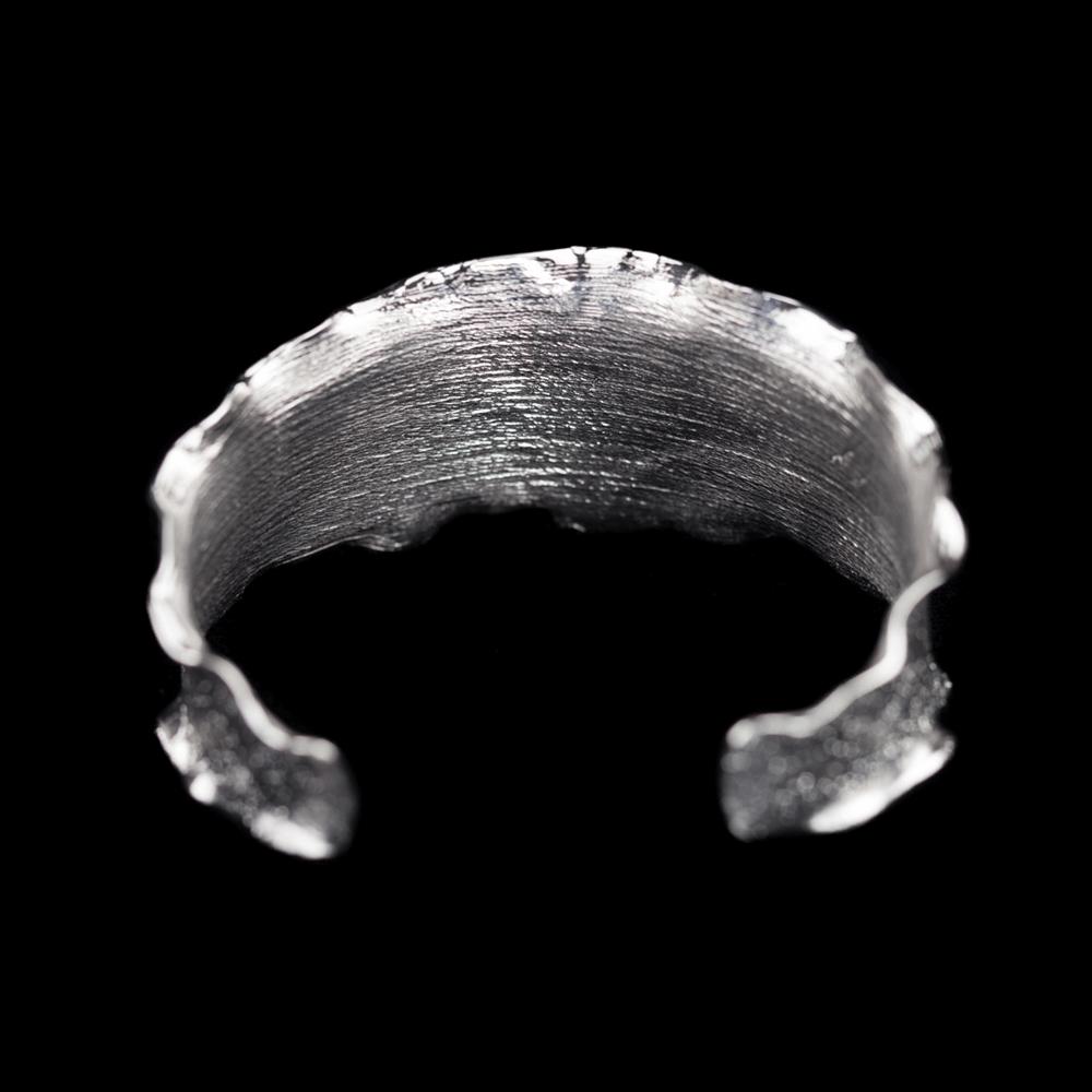 Zilveren golvende slavenarmband met boordje, gediamanteerd