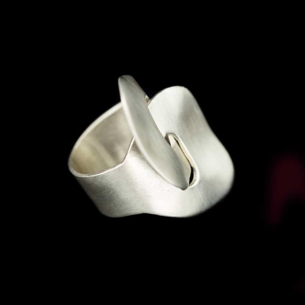 Brede en matte zilveren krulring 'handgemaakt'