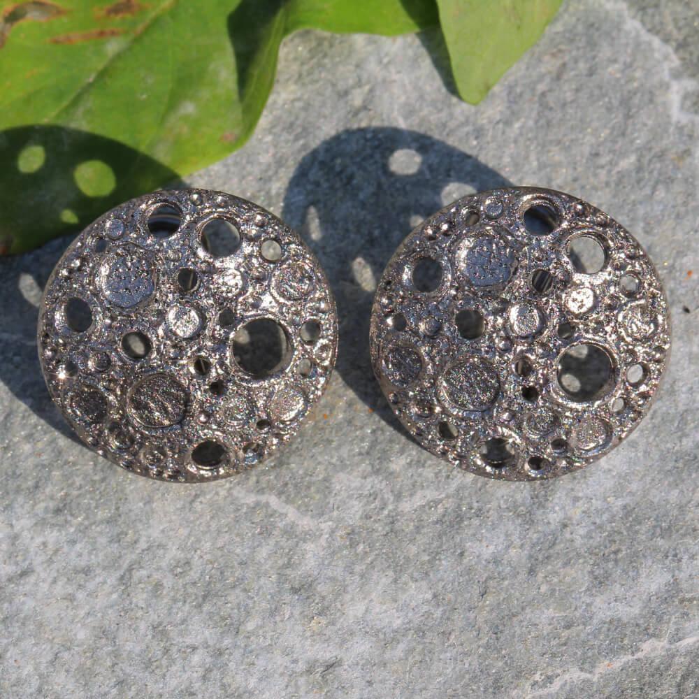 Verfijnde grijze oorbellen met bewerkte schitteringen