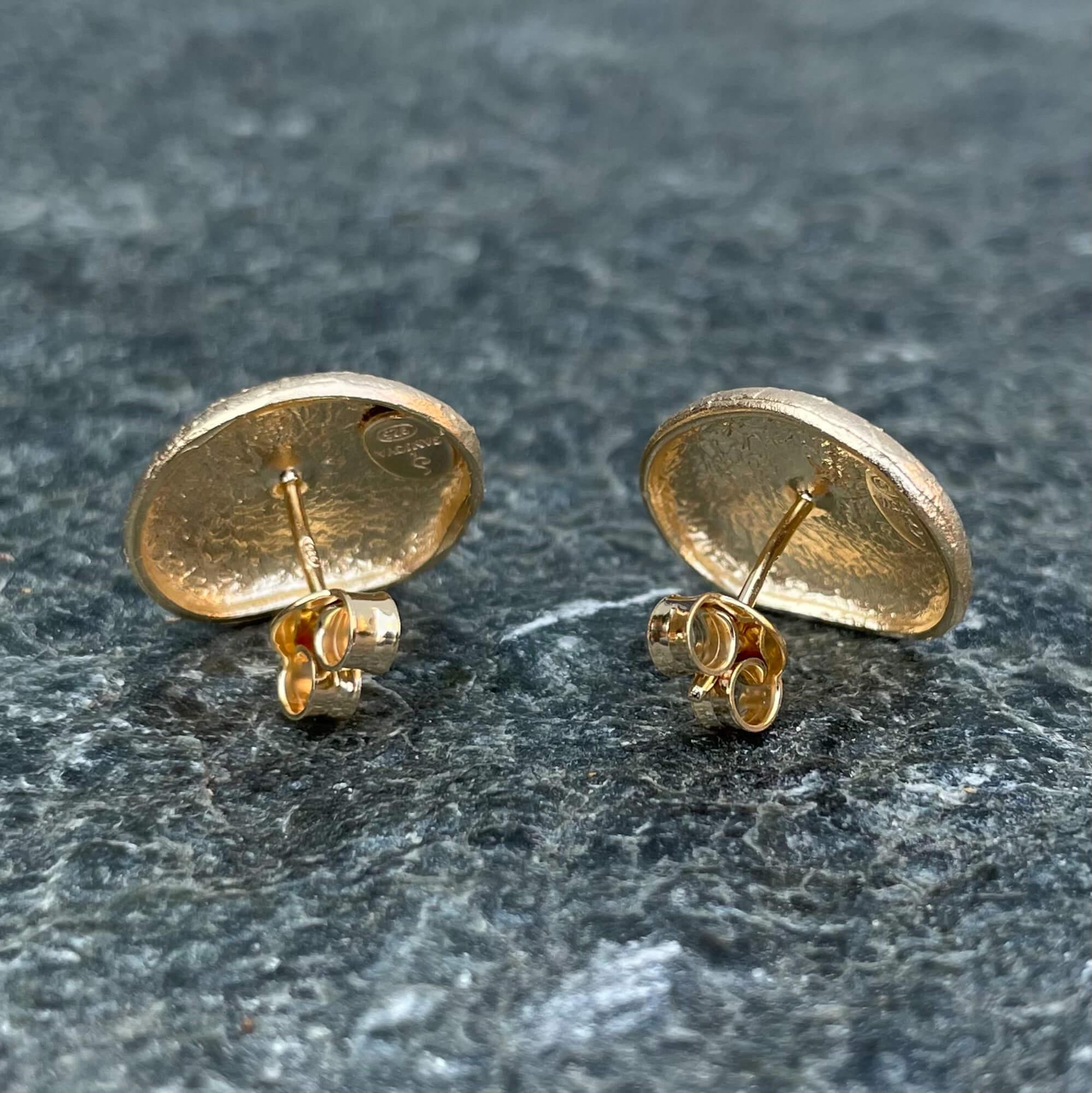 Vergulde kleine en ovaalvormige oorbellen, gediamanteerd
