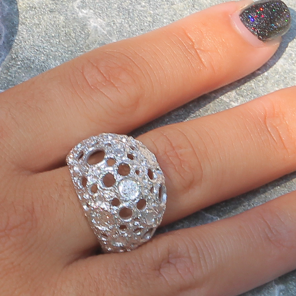 Bewerkte en zilveren bolvormige ring