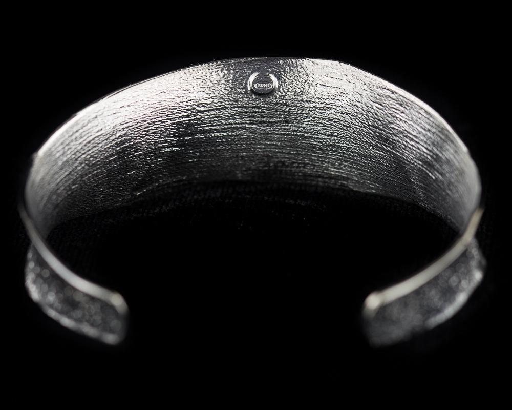 Zilvergrijze slavenarmband, mat en gediamanteerd