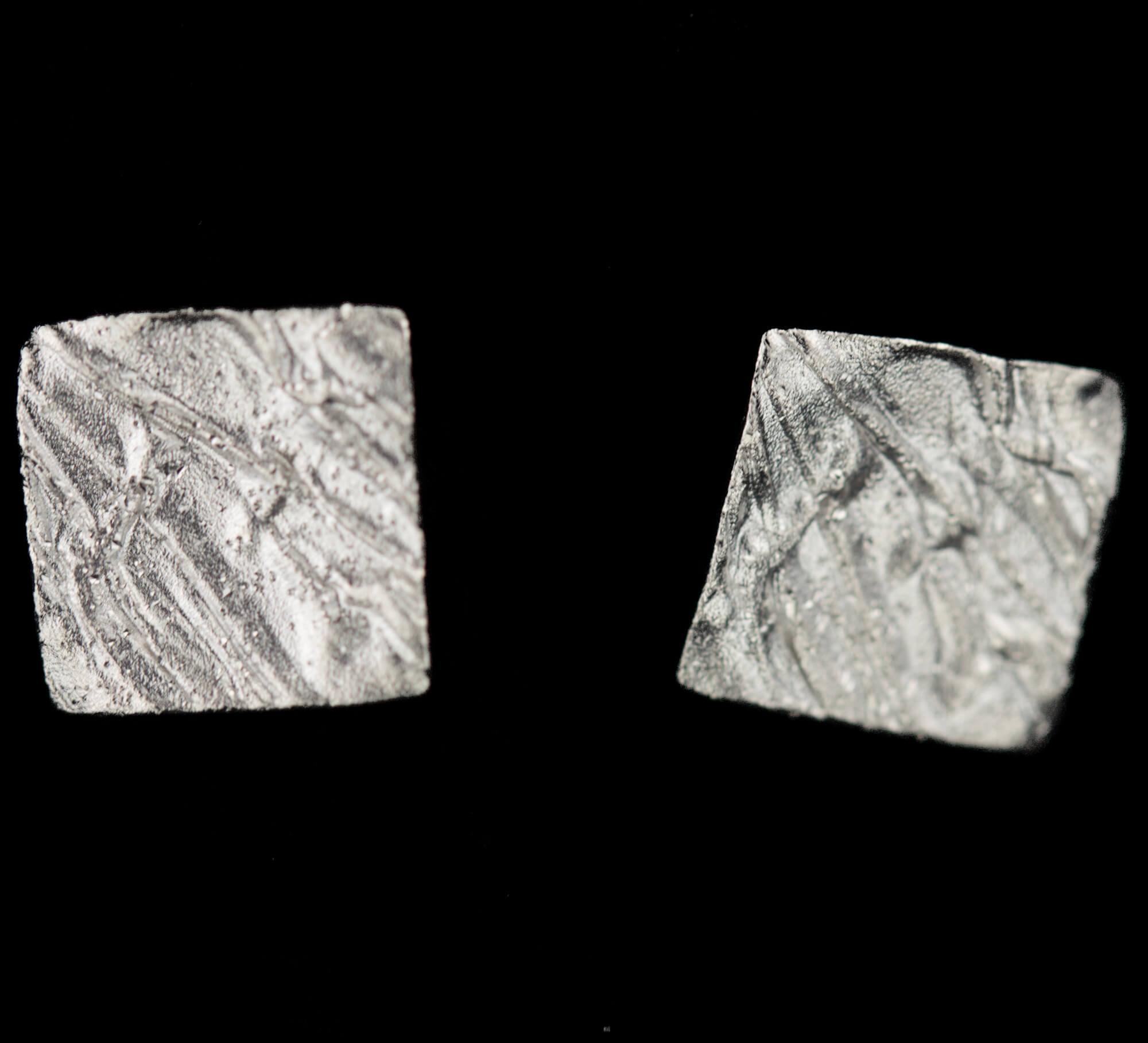 Schitterende mini vierkante zilveren oorbelletjes