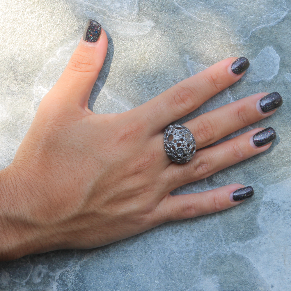 Bewerkte en grijze bolvormige ring