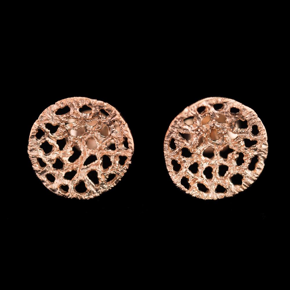 Bewerkte rosé oorbelletjes met verfijnde gaatjes