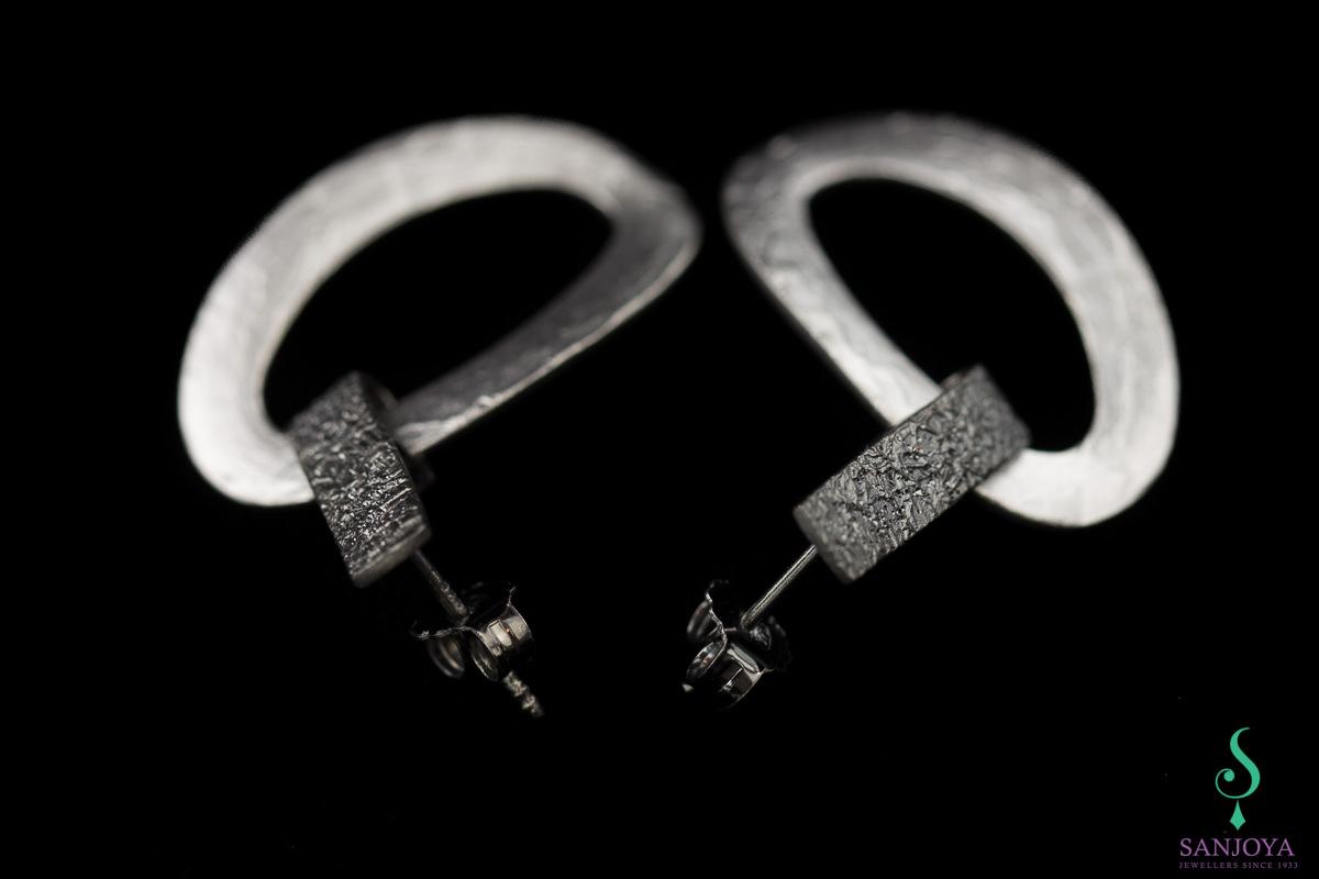 Schakeloorbellen van mat zilver en grijs gediamanteerd