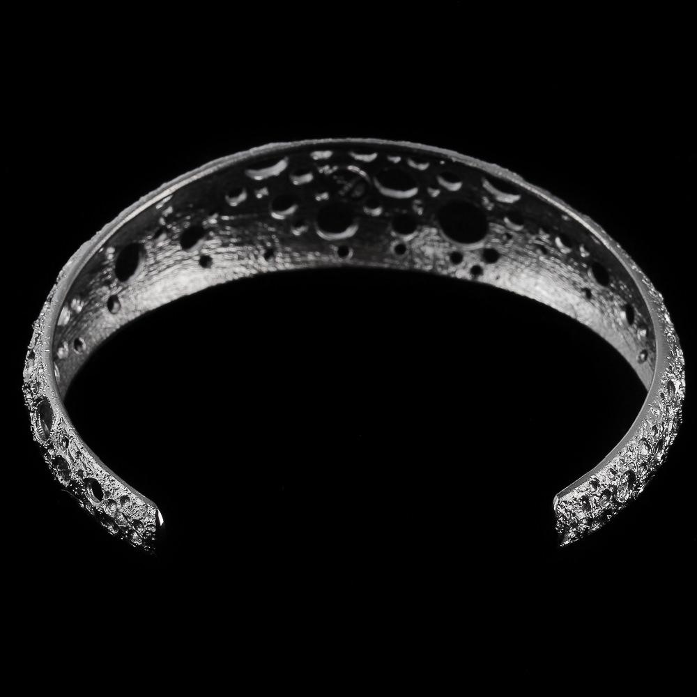 Smalle en zilvergrijze armband met bewerkte schitteringen
