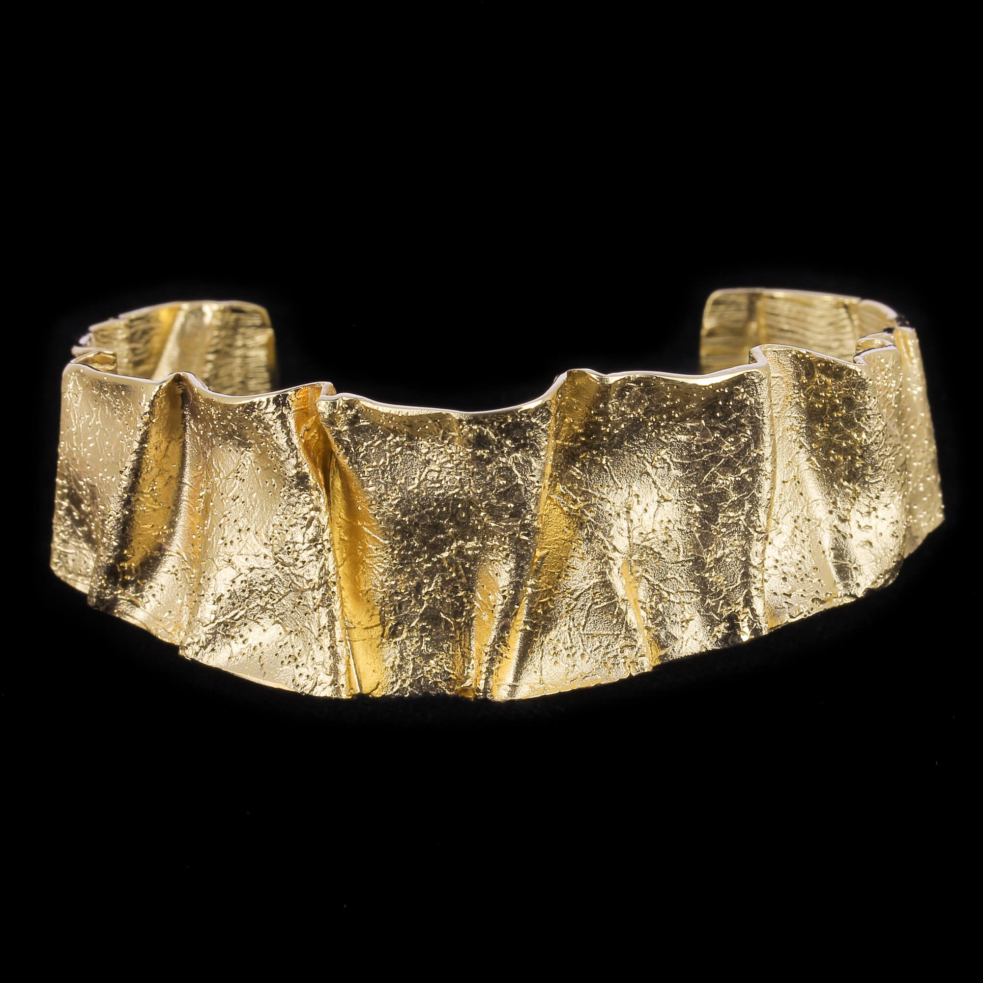 Geplooide slavenarmband van gediamanteerd zilver verguld