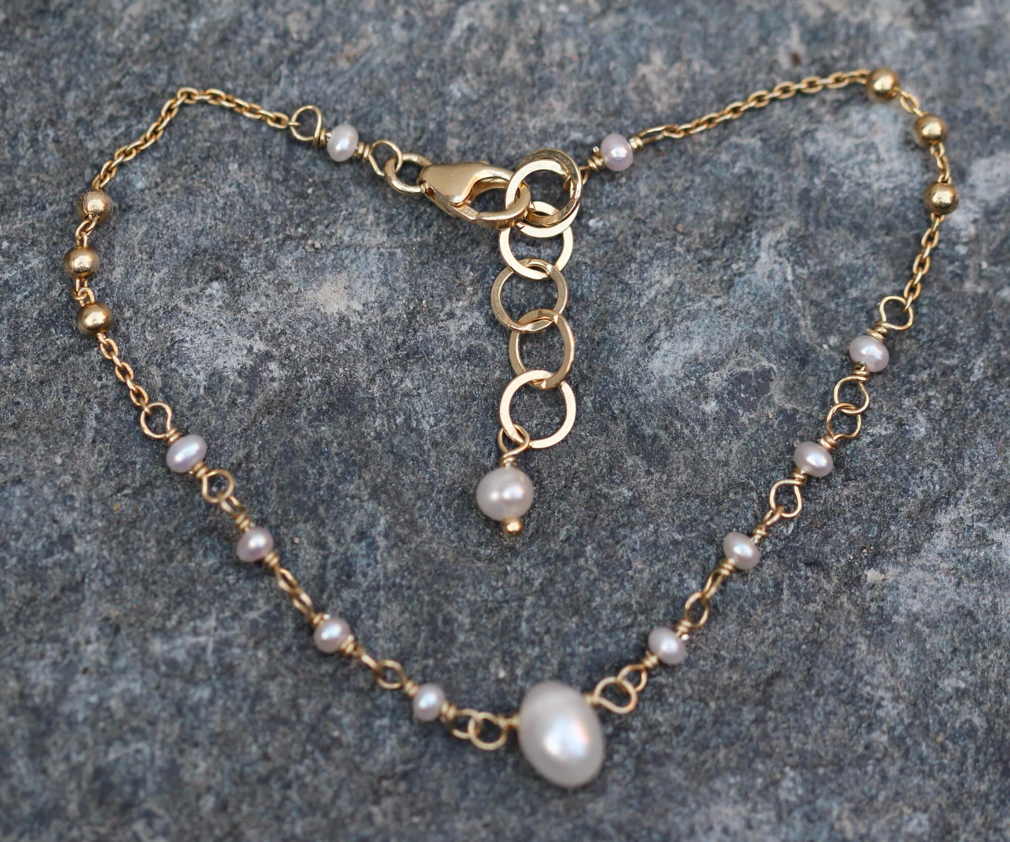 Verfijnd verguld armbandje met enkele parels