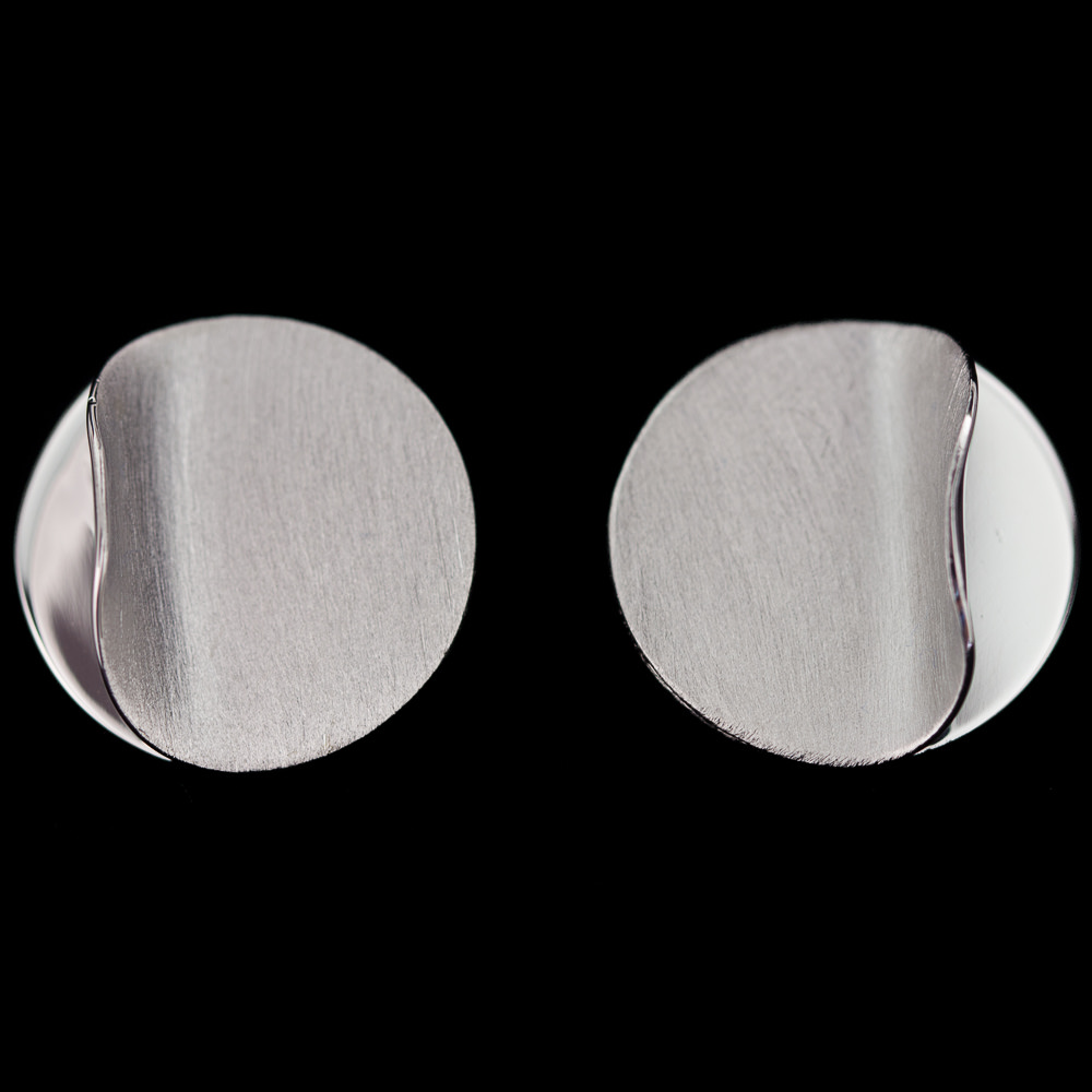 Kleine en zilverkleurige oorbellen