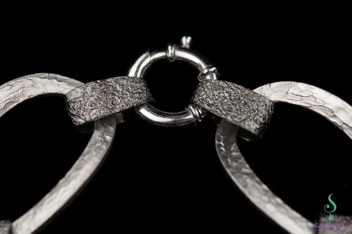 Schakelarmband van mat zilver en grijs gediamanteerd