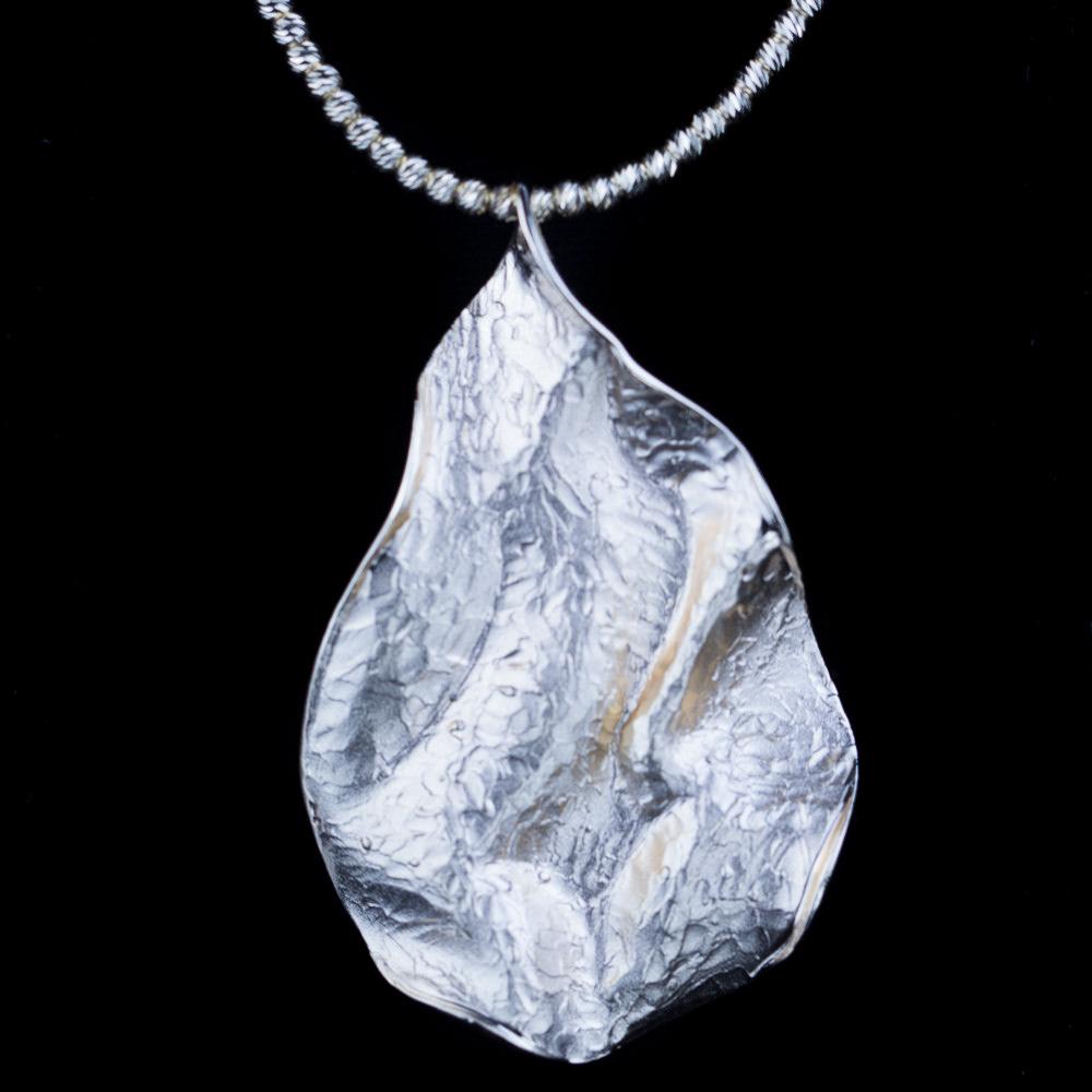 Zilveren en golvende bladhanger/ gediamanteerd/ met ketting