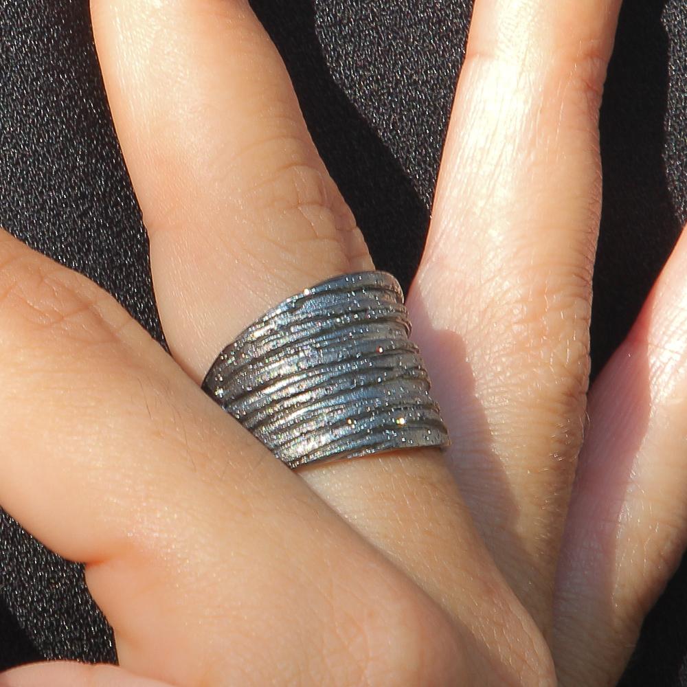 Schitterende en gestreepte zilvergrijze ring