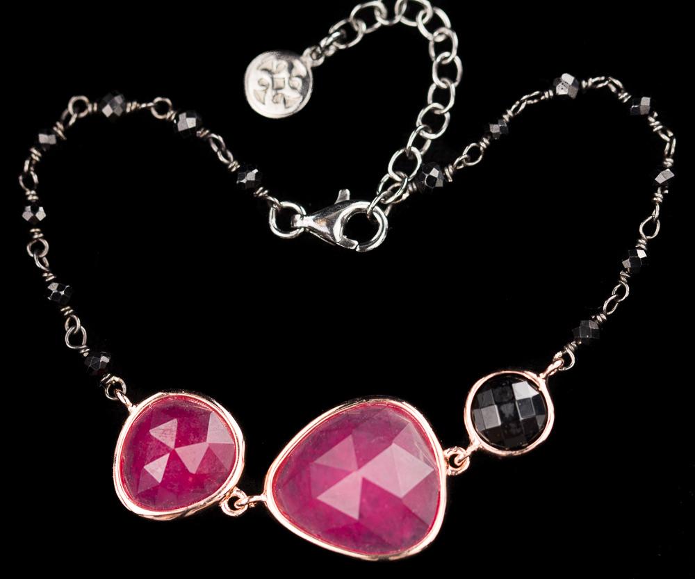 Zwarte armband met fuchsia stenen en rosé randje