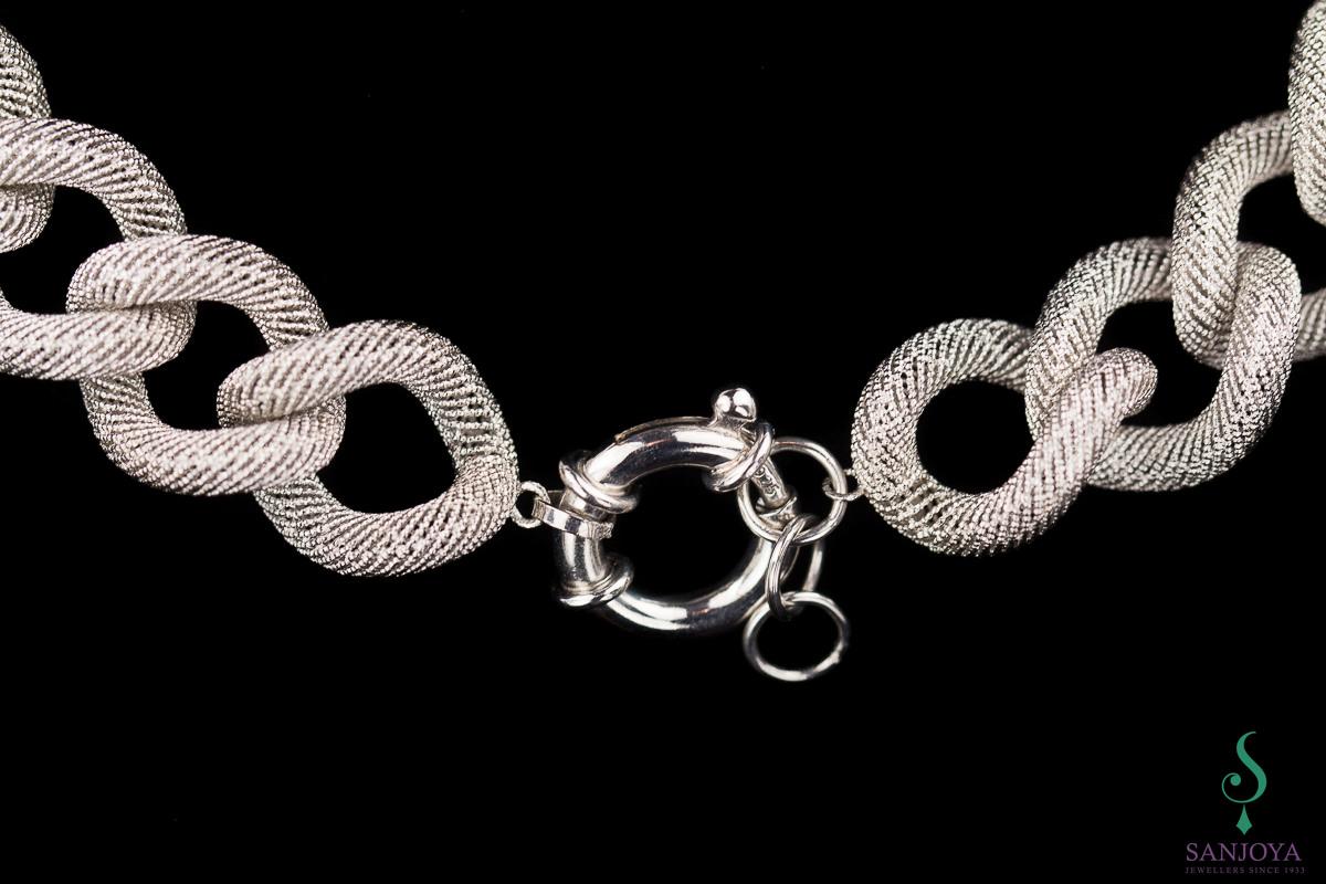 Zilver schakelcollier met subliem transparant patroon