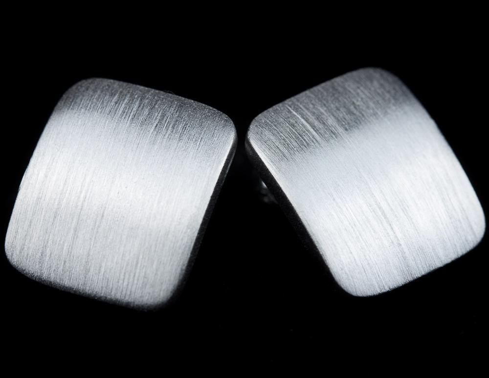 Zilveren matte vierkante oorbellen