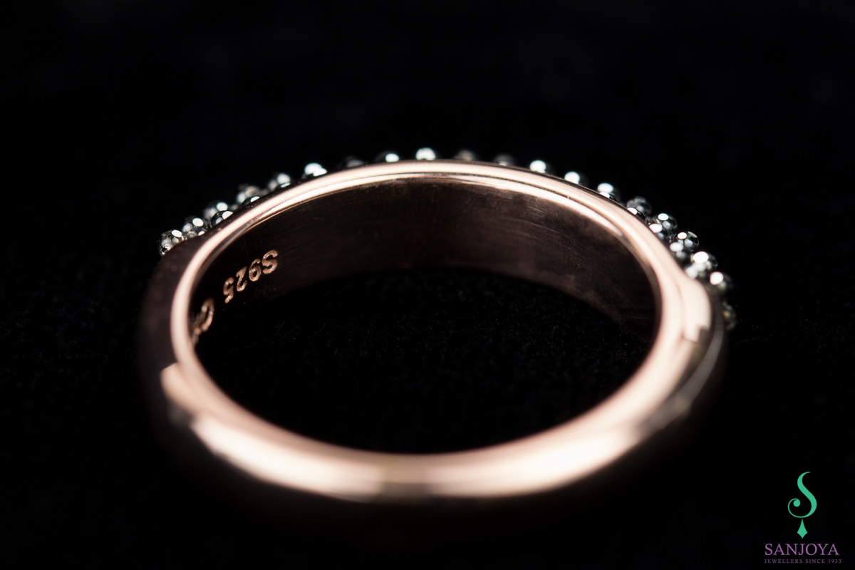 Rosé ring met zwarte fonkelingen