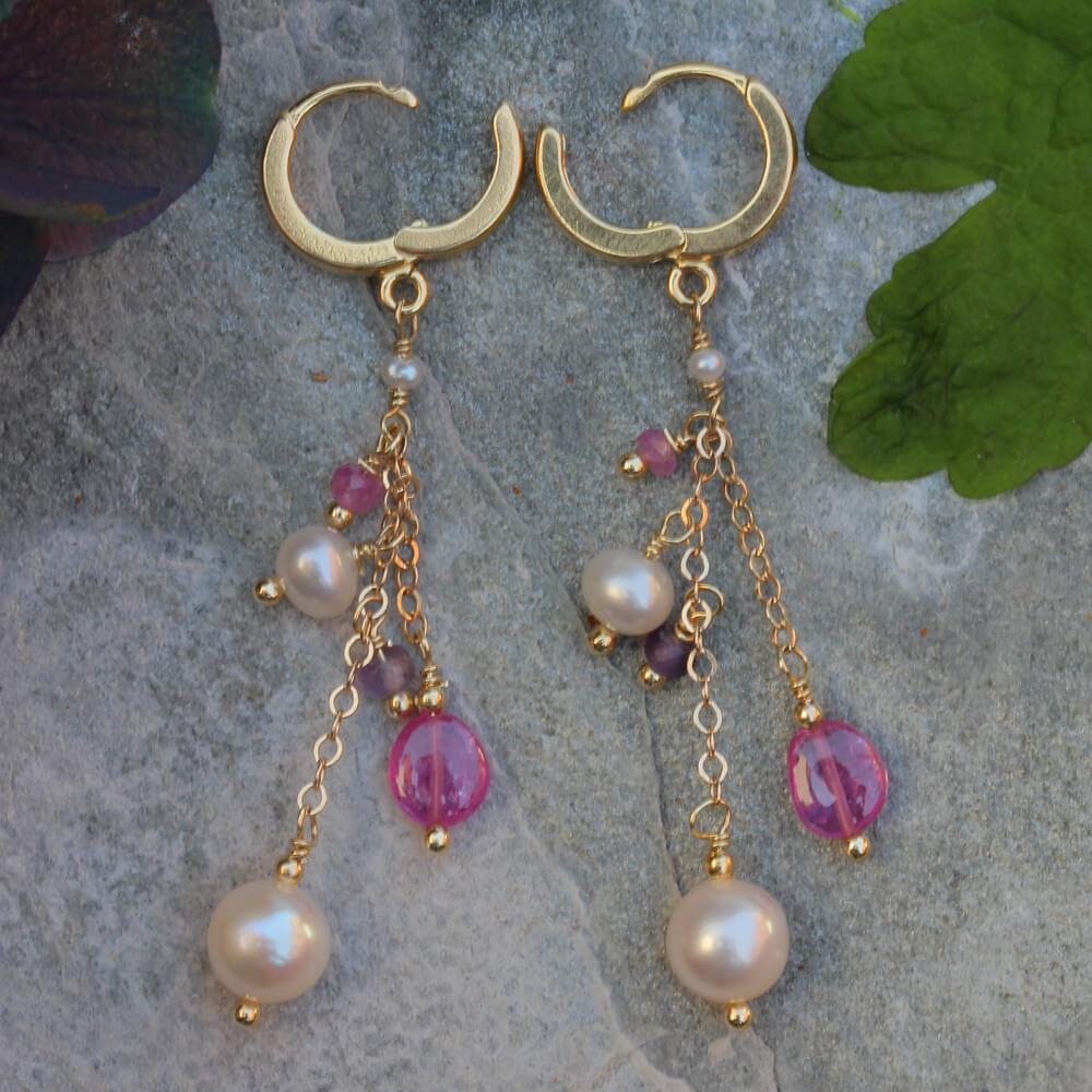 Kleurrijke vergulde oorbellen met parels