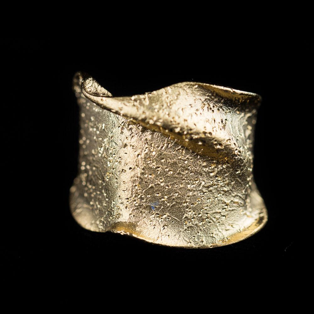 Vergulde ring, smal en gediamanteerd
