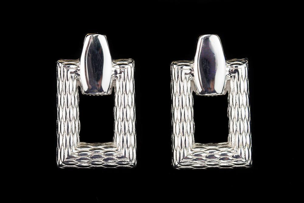 Rechthoekige en bewerkte zilveren oorbellen