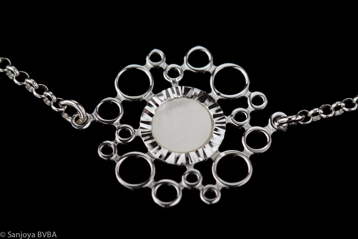 Zilver armbandje met een parelmoeren cirkeltje