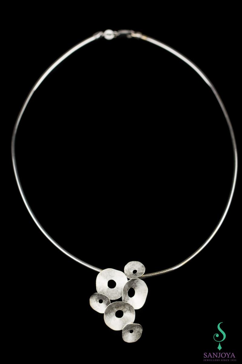 Zilveren gematteerde hanger met cirkeltjes en ketting