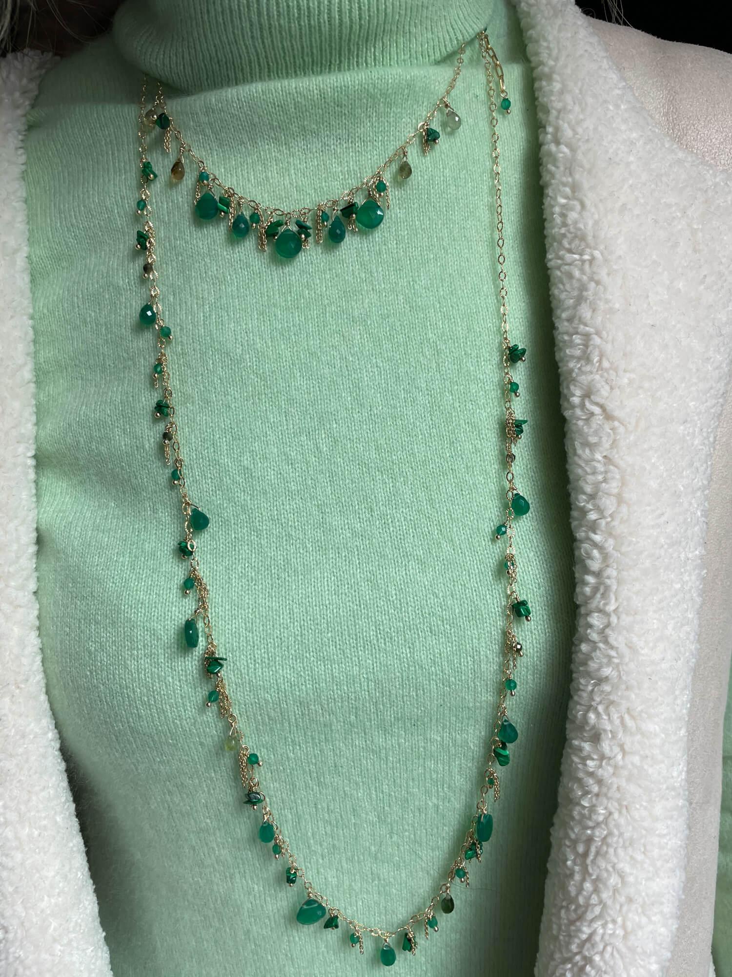 Lange vergulde ketting met groene edelstenen