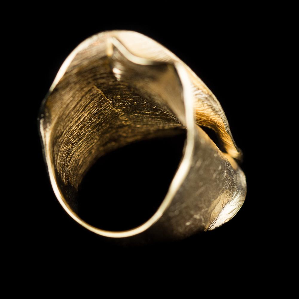 Matte fraaie brede vergulde en golvende ring