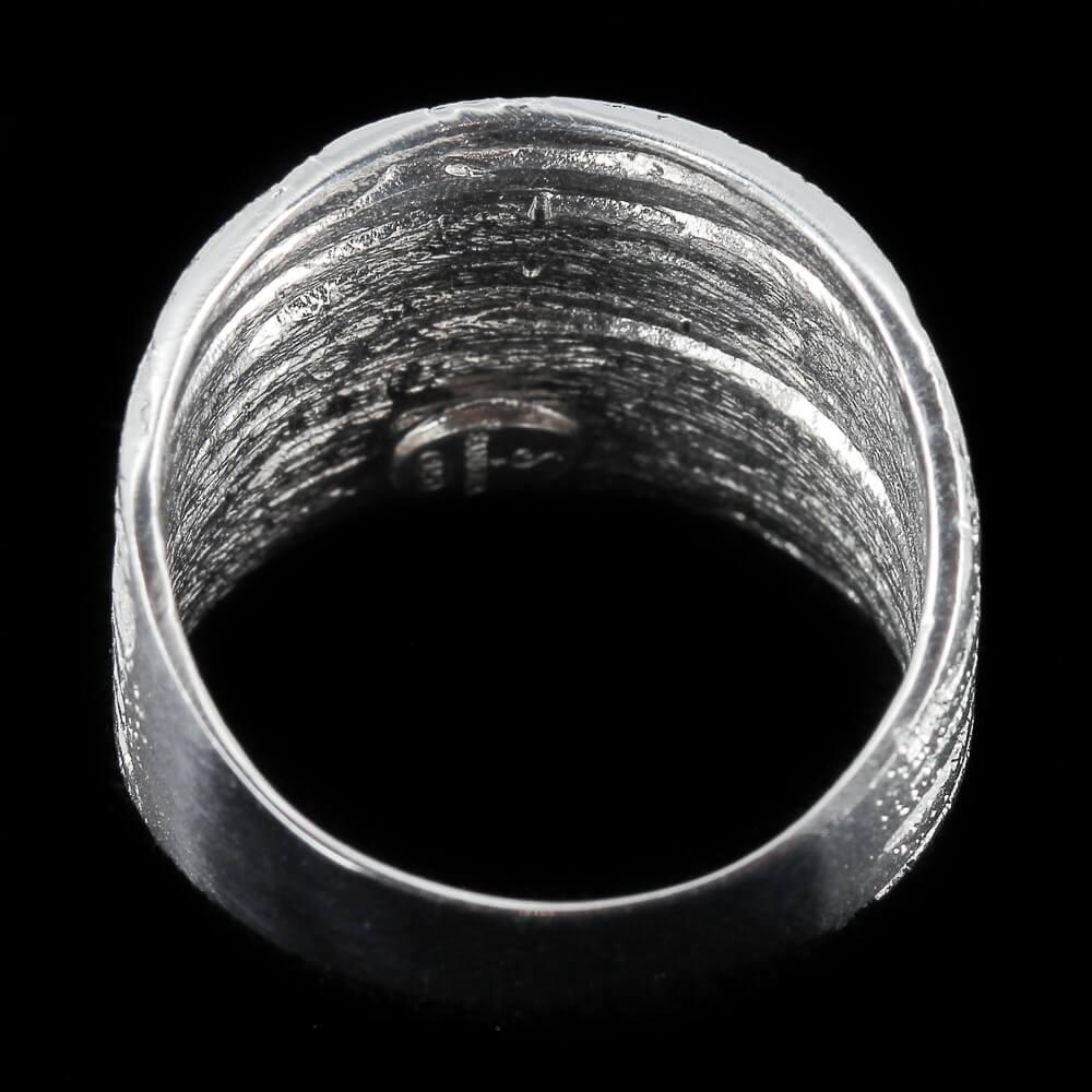 Schitterende en gestreepte witgouden ring van 18kt