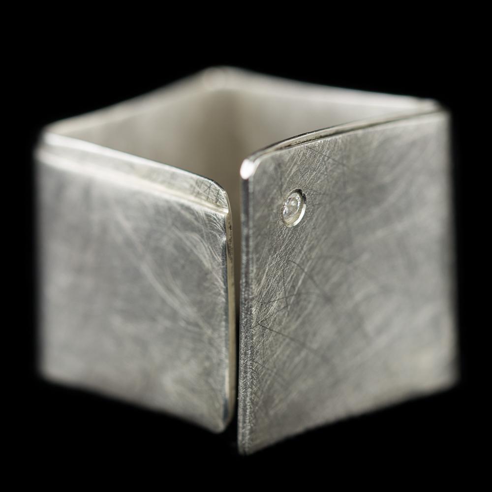 Mat zilveren vierkante ring met zirkonia steentje