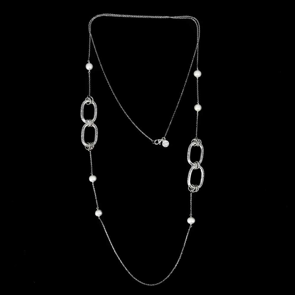 Bewerkte en lange zilveren ketting met parels