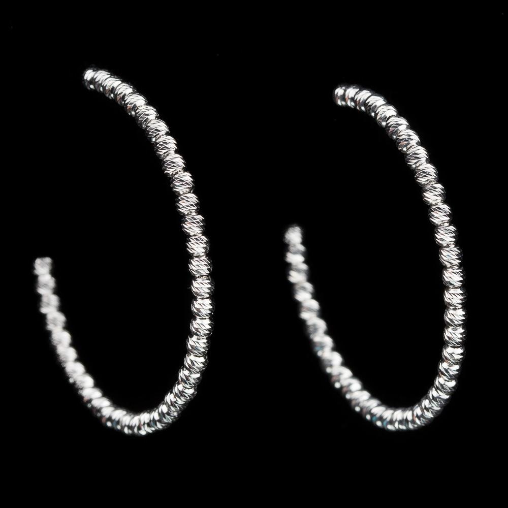 Zilveren en schitterende grote creolen