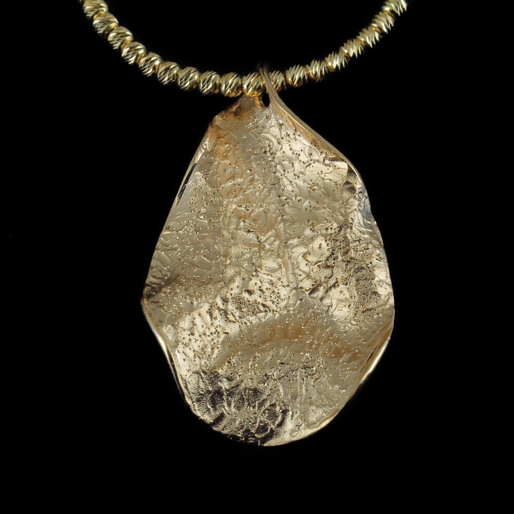 Kleine vergulde en golvende bladhanger, gediamanteerd