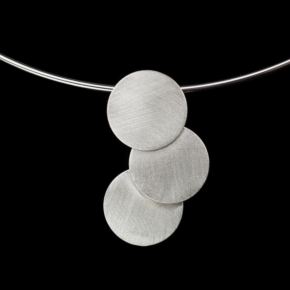 Stijve zilveren ketting met hanger van matte cirkels