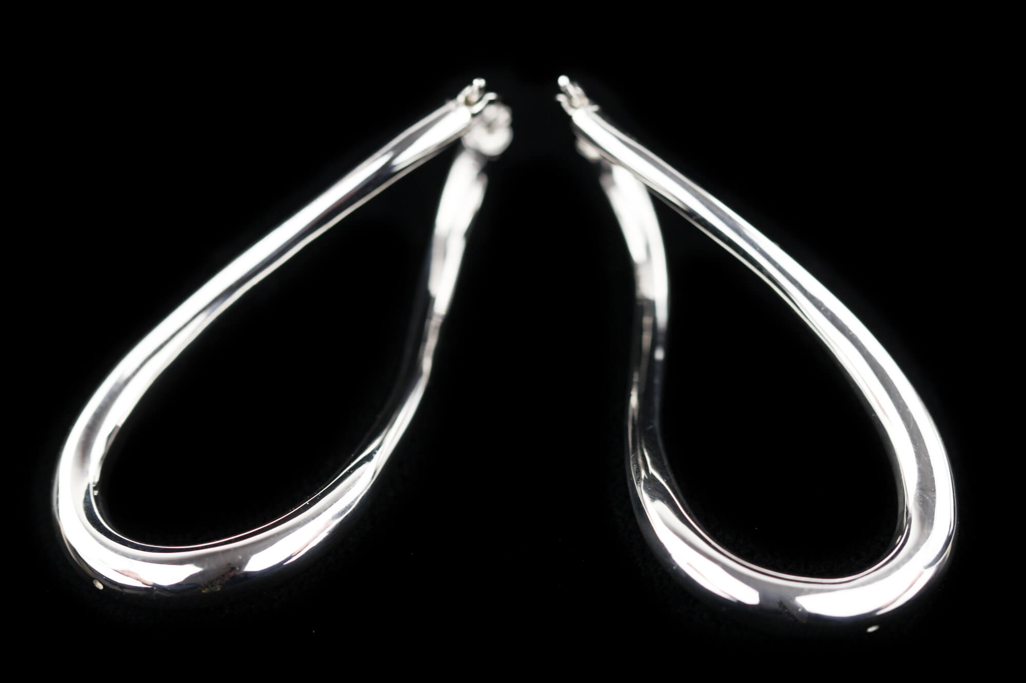 Zilveren en gepolijste infinity creolen, Sanjoya