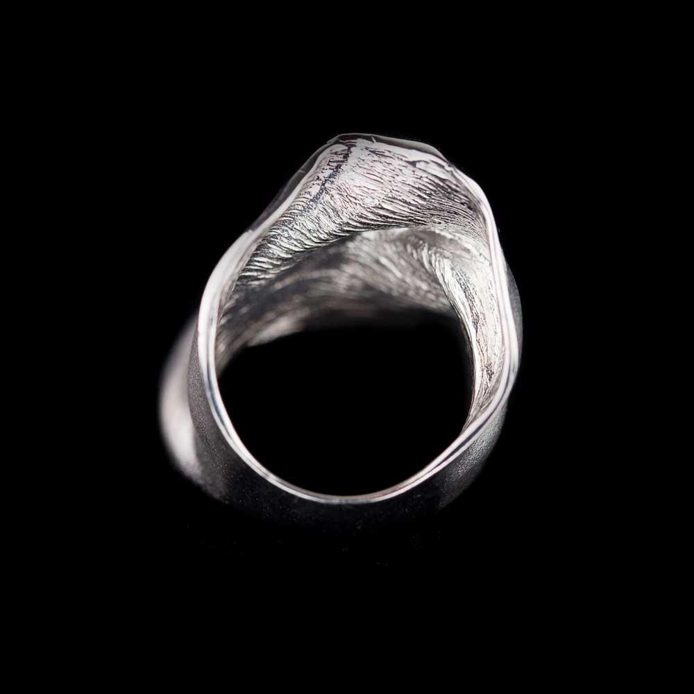Matte en licht plooiende zilveren ring met gepolijst randje