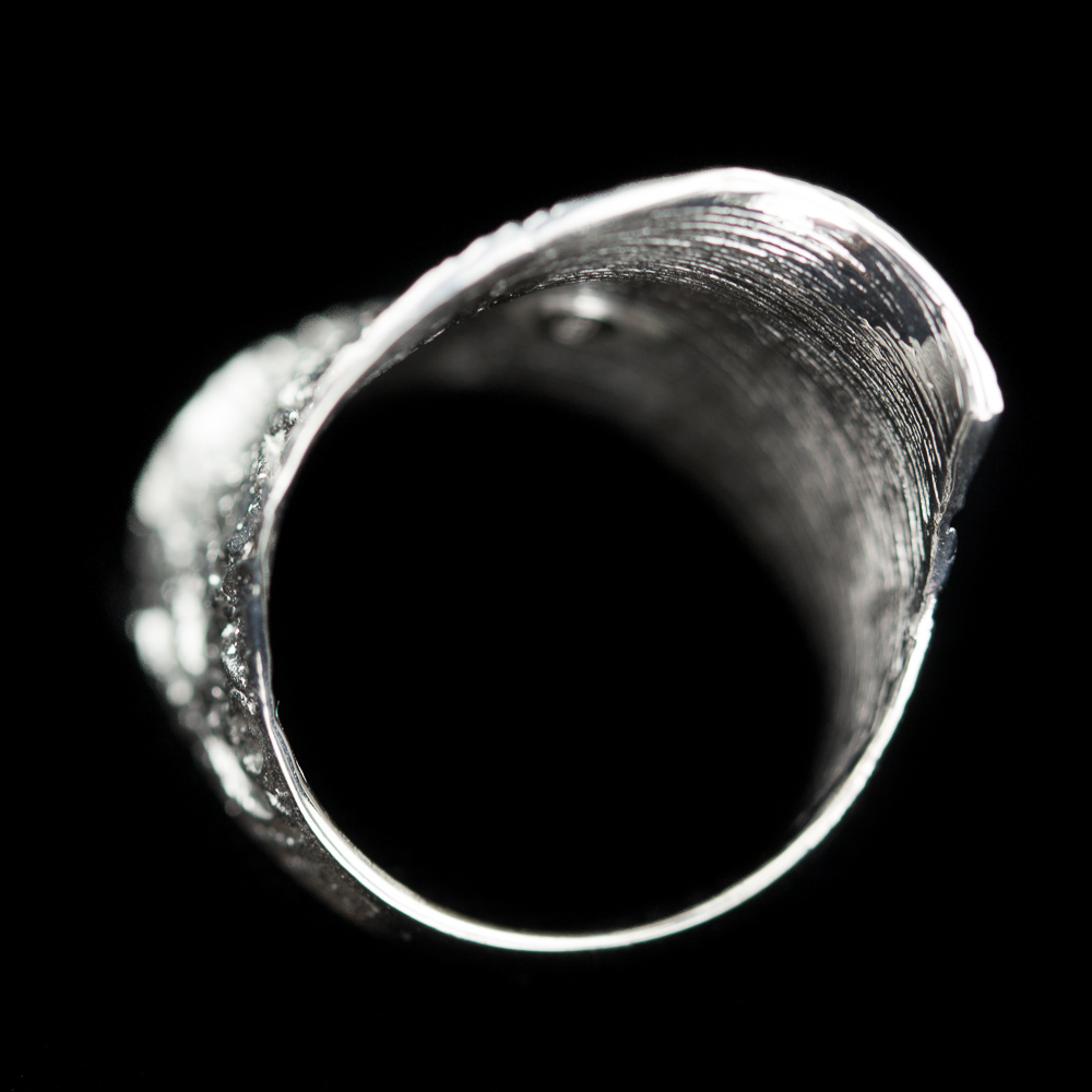 Zilveren ring, licht golvend en gediamanteerd