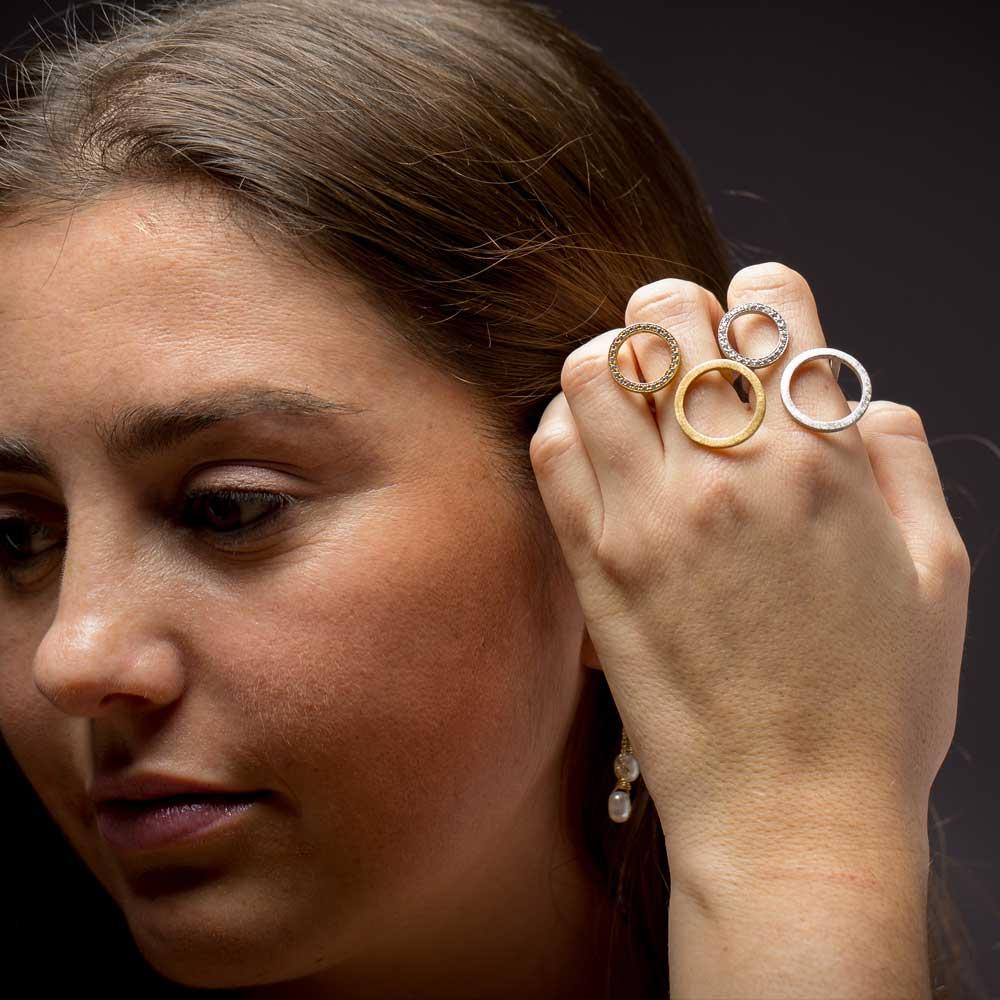 Grote zilveren ring met een kleine en grote cirkel