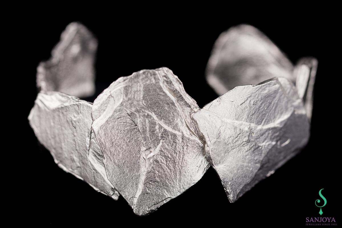 Steenvormige slavenarmband van mat zilver