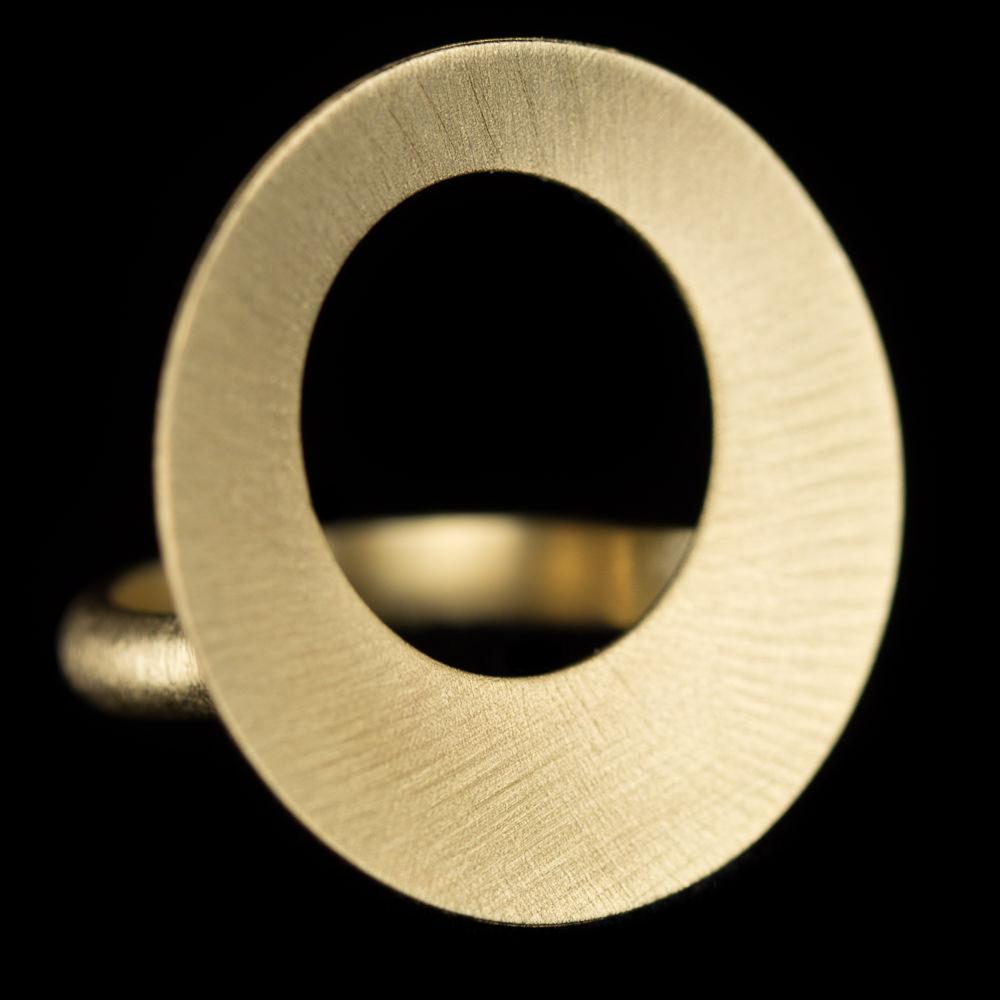 Vergulde open en ronde ring