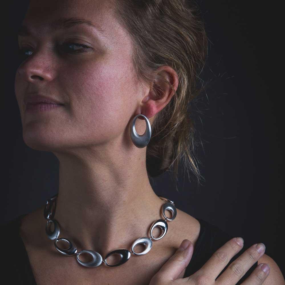 Mat zilveren en ovale Sanjoya oorbellen