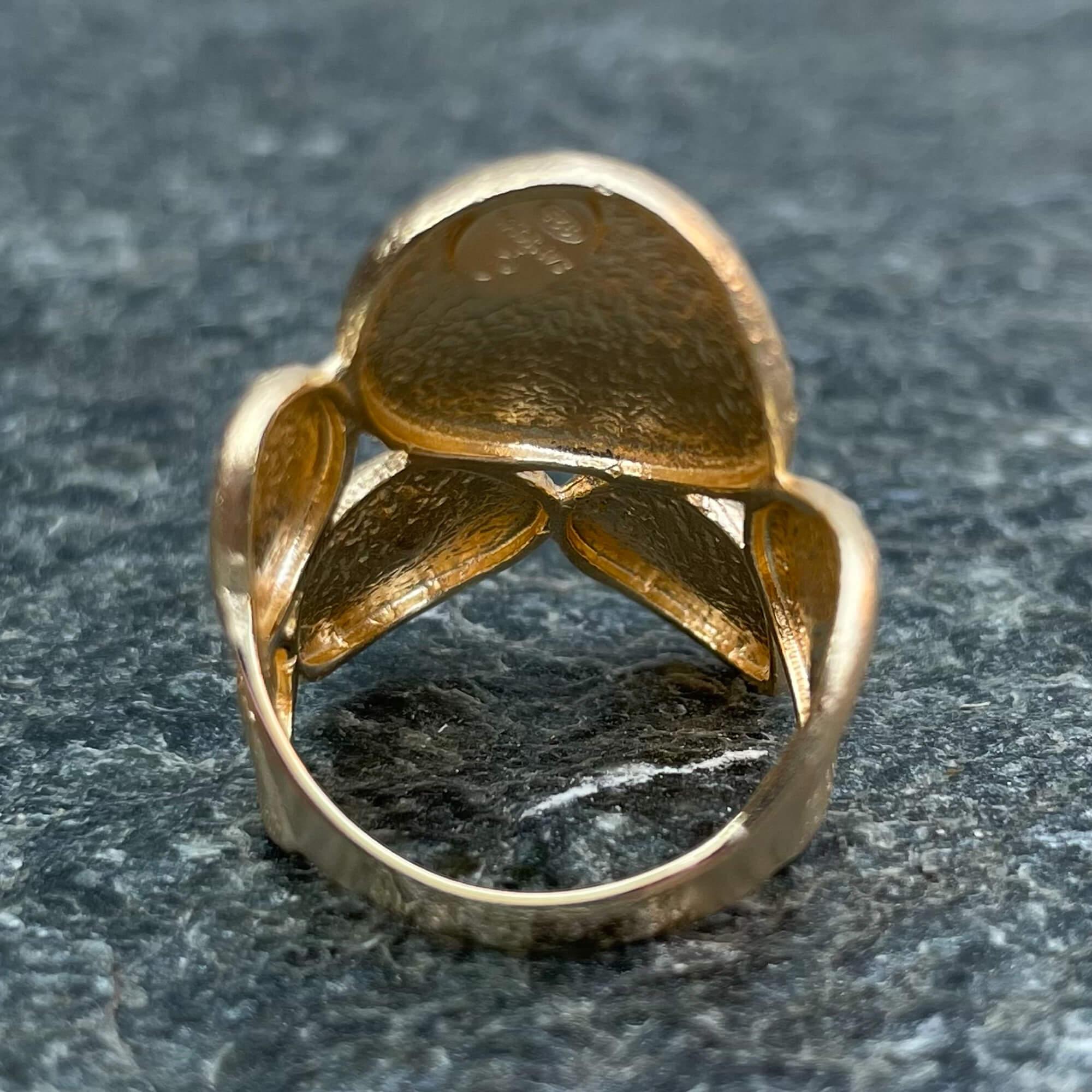 Vergulde ring met ovaalvormige bewerkingen