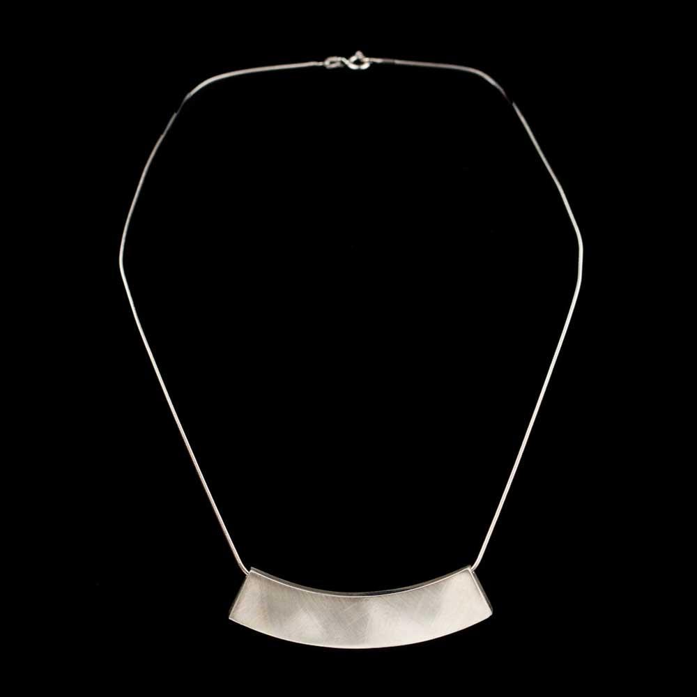 Zilveren ketting met een strakke en lange hanger