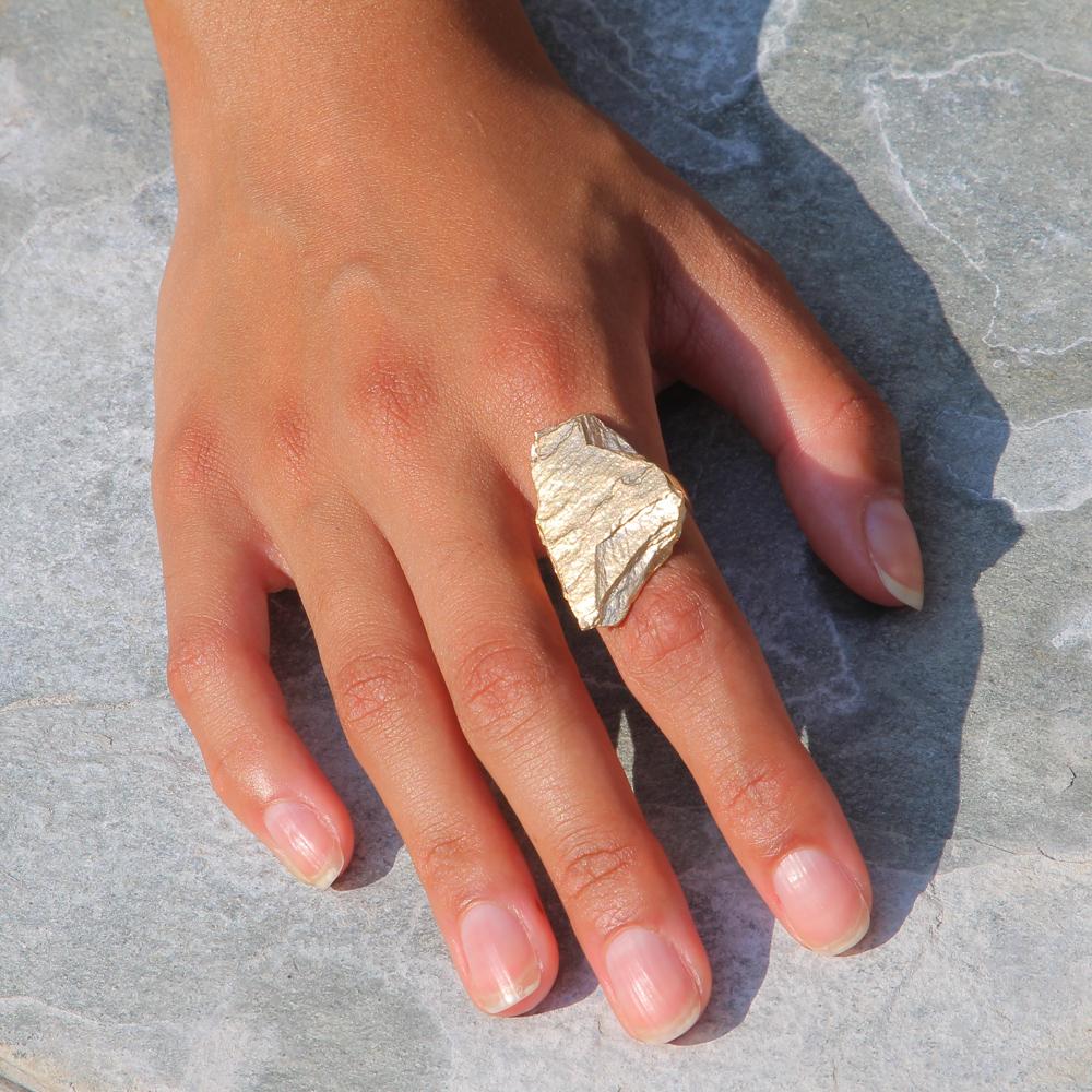 Steenvormige ring van verguld zilver