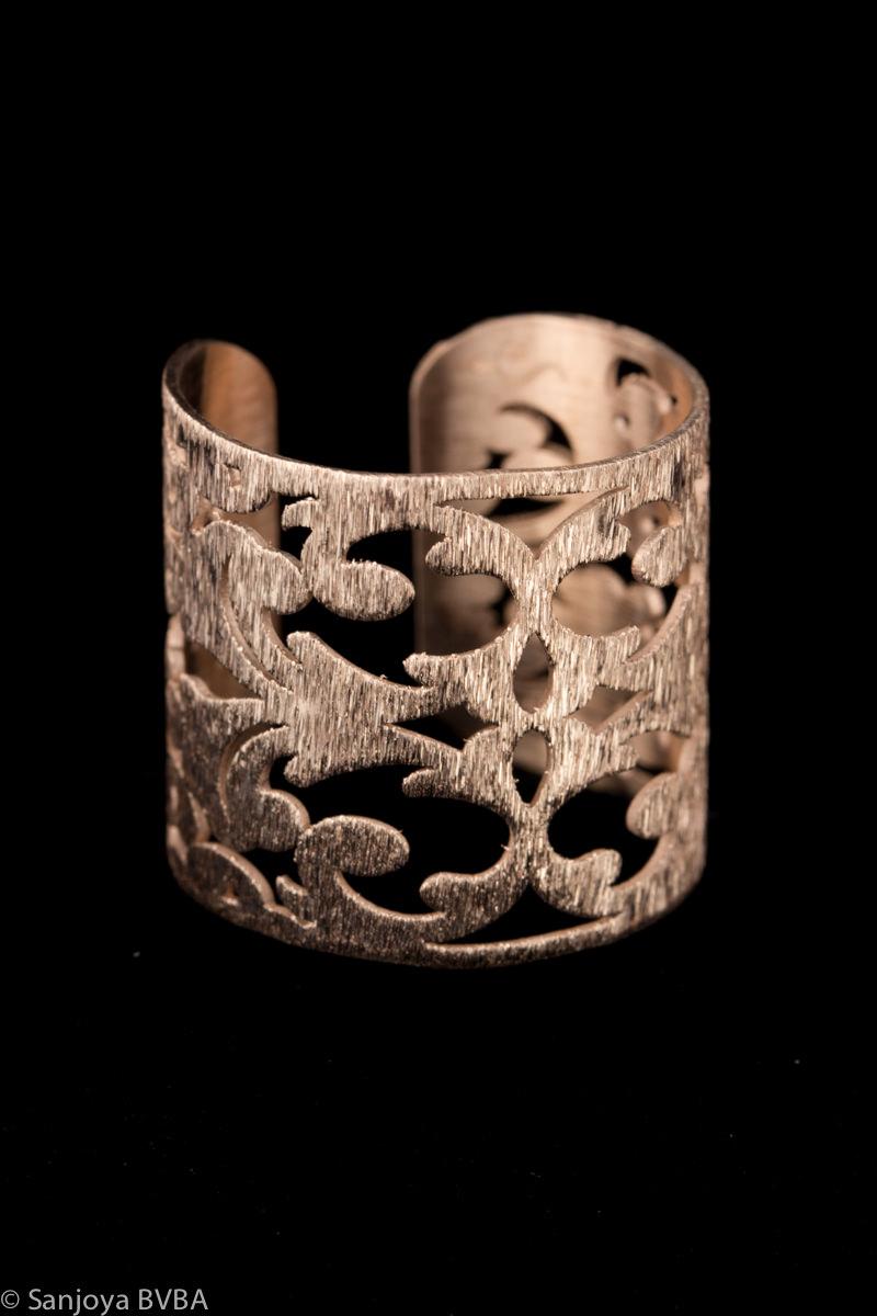 Brede bewerkte rosé ring
