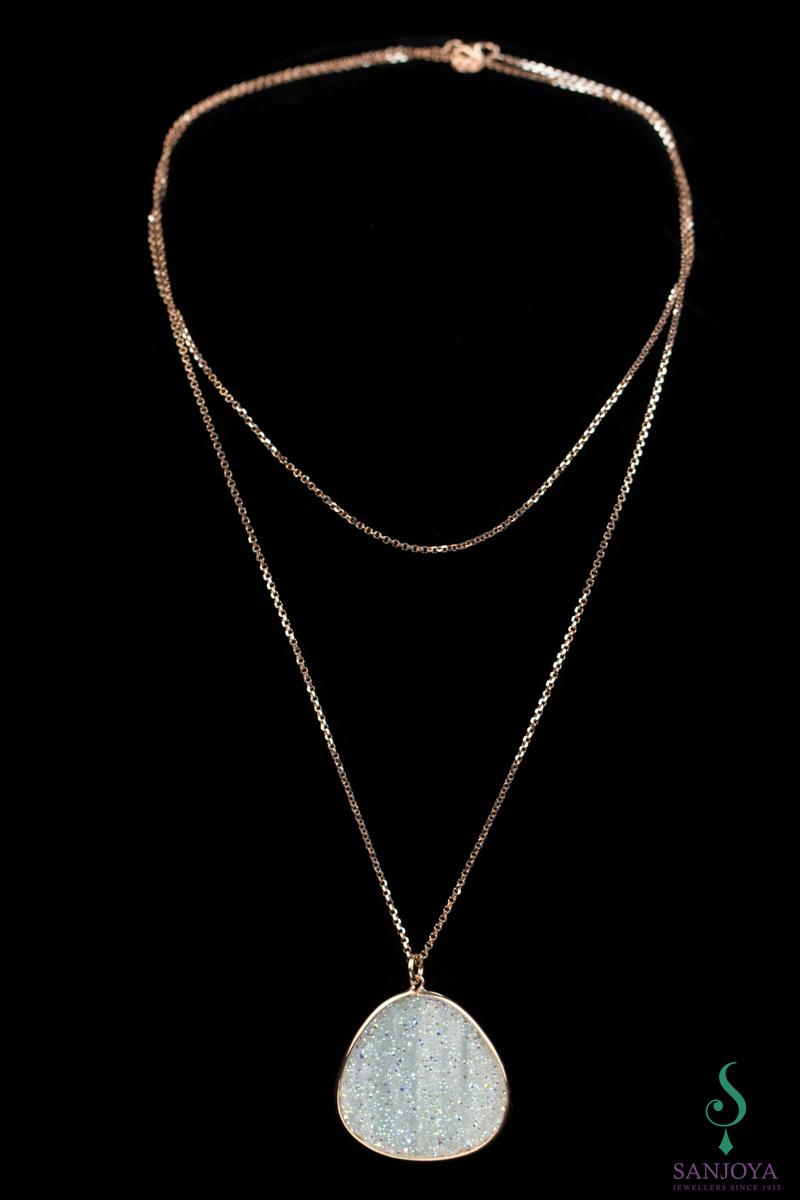 Lang collier met grote hanger van rosé en witte kristallen